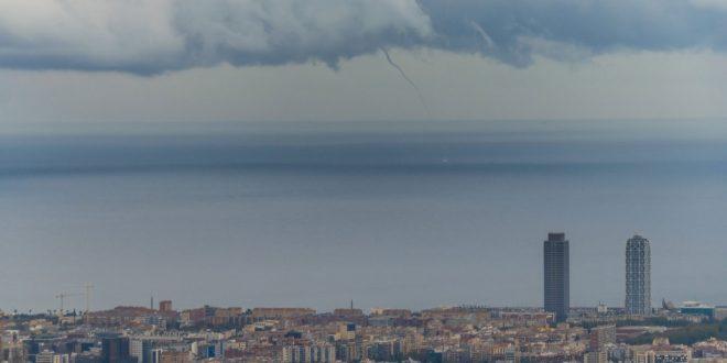 En su cuenta en la red social Twitter, Aemet difunde este lunes esta fotografía en las que se aprecia una tromba marina sobre la costa de Catalunya.