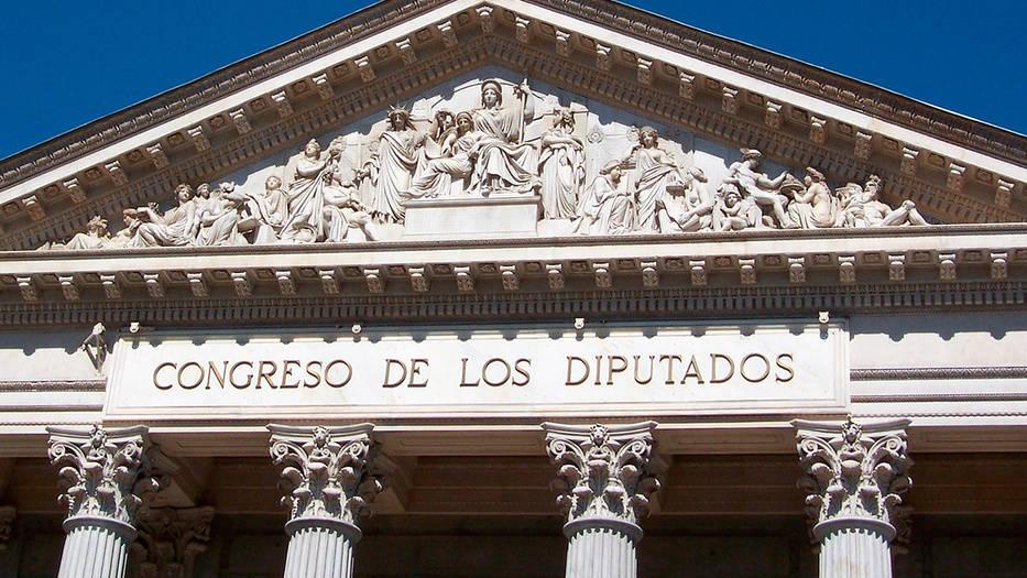 Jubilados marchan hasta las puertas del Congreso de los Diputados para exigir la subida de las pensiones