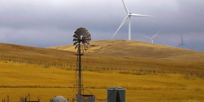 La energía generada en parques eólicos cerca de la ciudad provee la electricidad a los habitantes de Canberra.