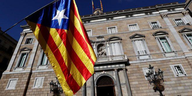 Los símbolos y pancartas de los independentistas catalanes ya fueron retirados no solo de la fachada del Palau de la Generalitat, sino de las sedes de las conselleries de Catalunya.