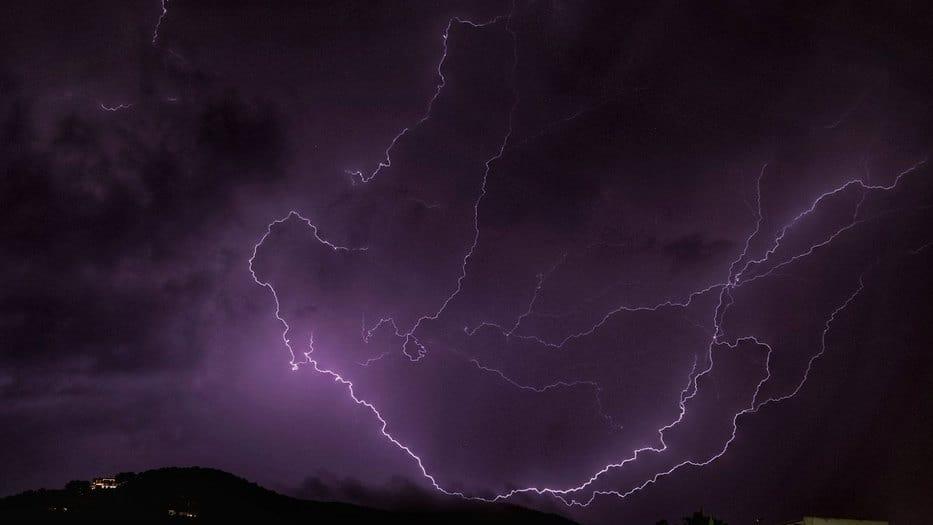 Tormenta eléctrica ocasionada por la DANA en el cielo de Santa Eulalia del Río en Baleares/Twitter
