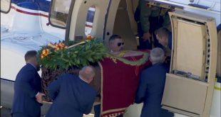 Los restos del dictador Francisco Franco fueron trasladados en un helicóptero hasta su destino final en el cementerio de Mingorrubio en Madrid.
