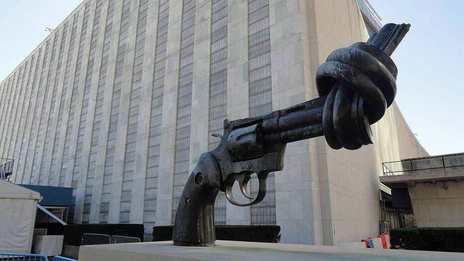 Escultura de la 'No Violencia' del artista sueco Carl Fredrik Reuterswärd.
