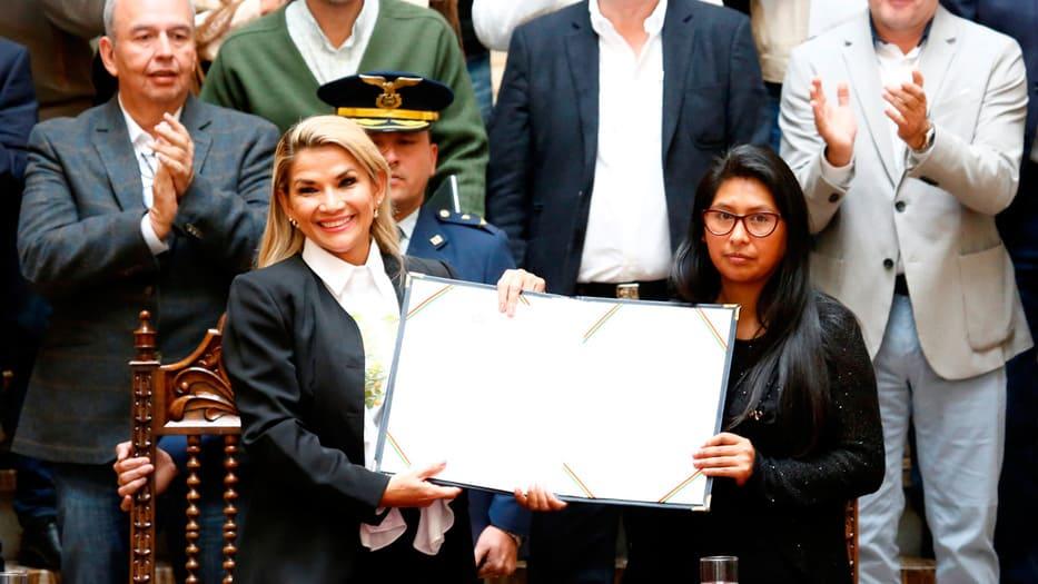 Jeanine Áñez, presidenta interina, presentó la ley firmada junto a la presidenta del Senado, Eva Copa, dirigente del MAS