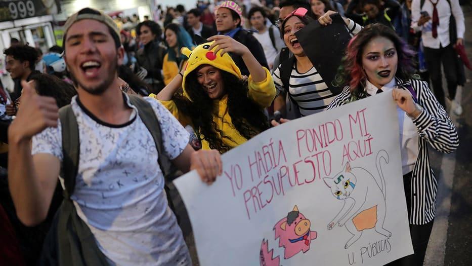 Estudiantes colombianos protestaron en octubre pasado contra la corrupción y la represión policial
