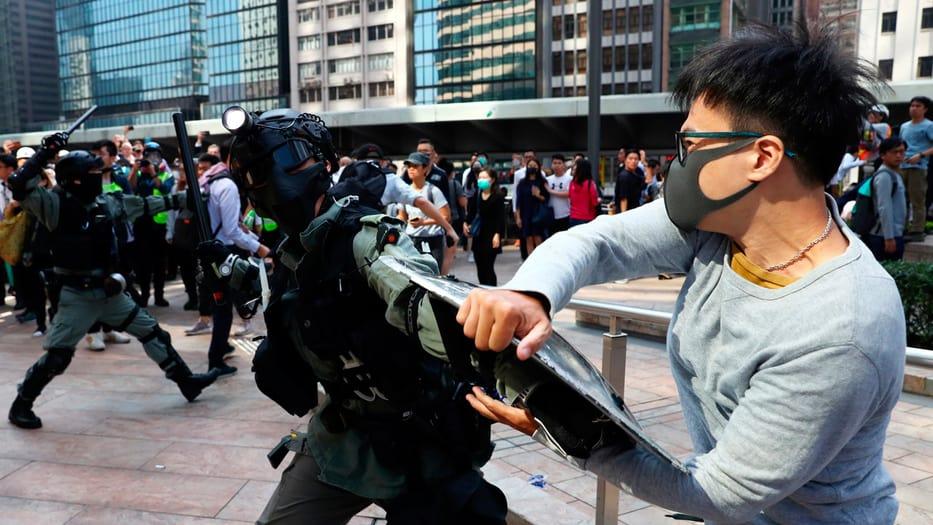 Los enfrentamientos se trasladaron a las universidades de Hong Kong este miércoles