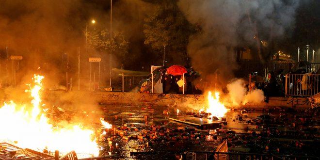 La violencia se desató este domingo en Hong Kong, mientras su economía entró en recesión