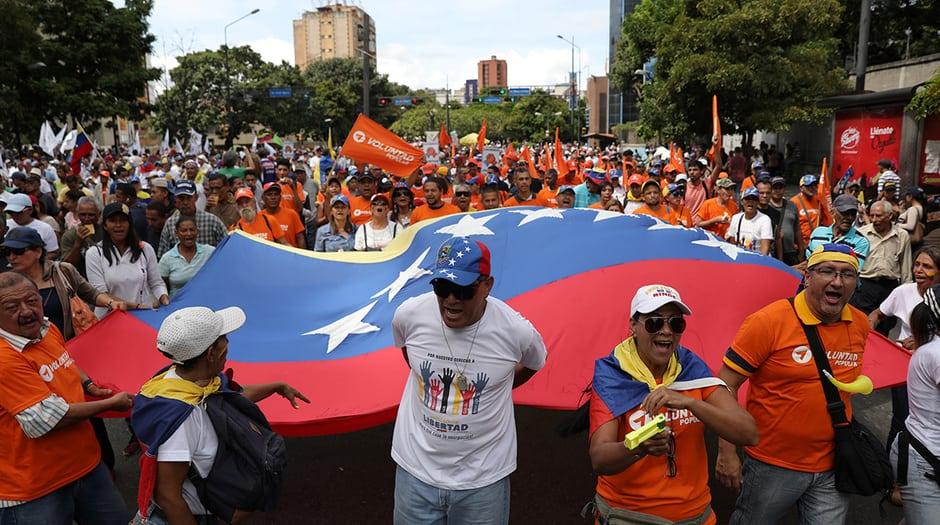 Grupos de venezolanos marchan por la avenida Francisco de Miranda hacia la Plaza José Martí, en Caracas