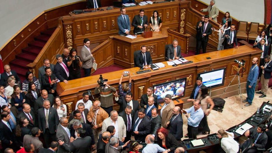 Los chavistas empezaron una trifulca al increpar a los diputados españoles/ Foto: Vanessa González
