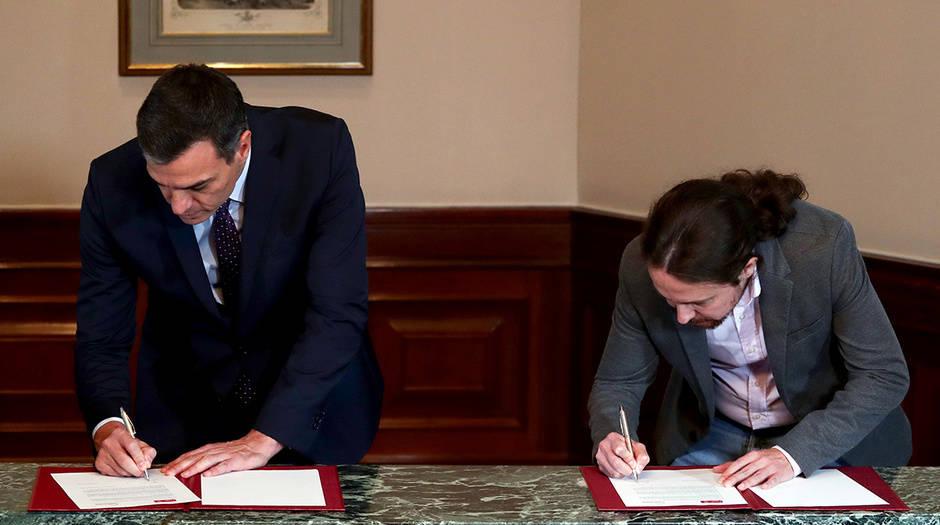 El presidente en funciones, Pedro Sánchez, y el líder de Podemos, Pablo Iglesias, durante la firma del acuerdo electoral PSOE-Podemos