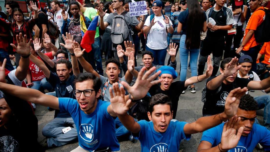Los estudiantes de Venezuela llevaron sus peticiones a las Fuerzas Armadas del país