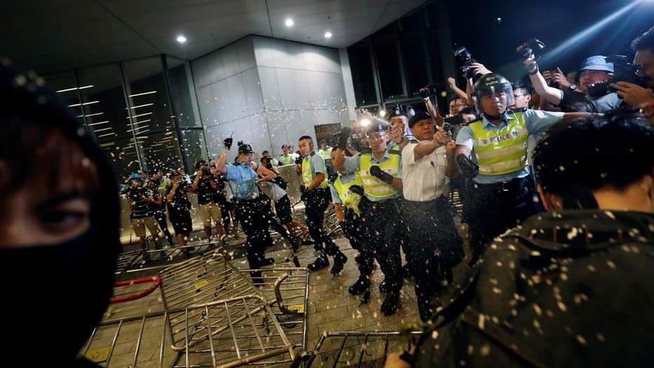En Hong Kong este sábado se intensificaron los enfrentamientos entre manifestantes y la policía.