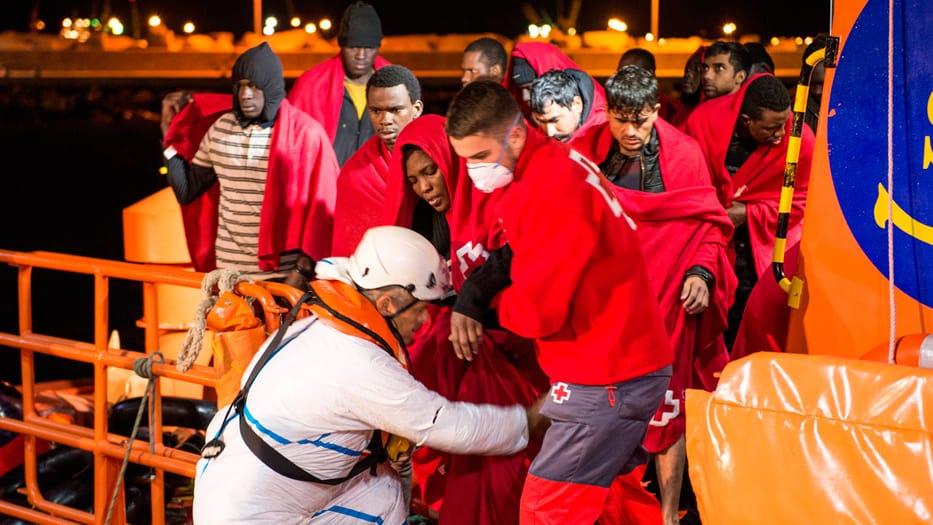 Miembros de la Cruz Roja atendieron a los migrantes en el puerto de Melilla