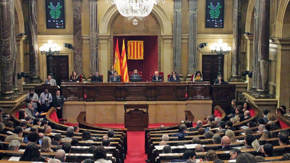 En la mañana de este viernes, los diputados secesionistas adelantaron la votación de la moción de la CUP sobre la autodeterminación, recurrida por el Ejecutivo del presidente en funciones, Pedro Sánchez/@parlamentcat