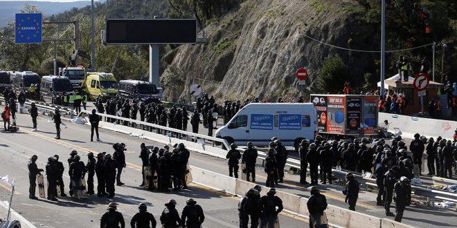 Policía francesa dispersó a manifestantes independentistas que cortaban el paso fronterizo