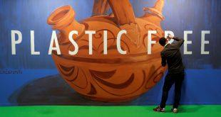 """El artista Jonatan Carranza Sojo hace un mural con la escritura """"Plastic Free"""" (libre de plástico) durante la conferencia sobre cambio climático de la ONU (COP25) en Madrid, 3 de diciembre de 2019."""