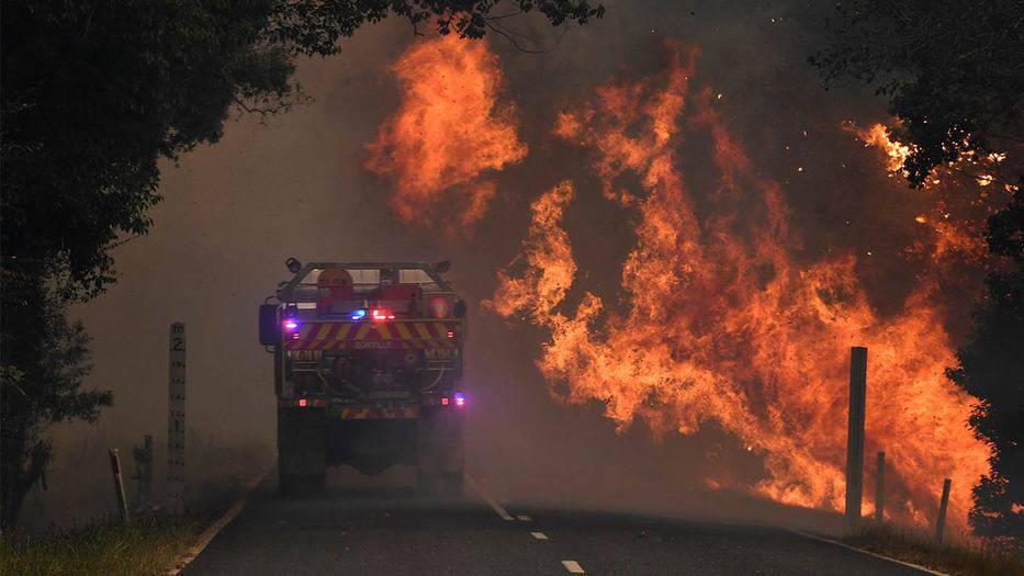 Un camión de bomberos cerca de un incendio forestal en Nana Glen, cerca de Coffs Harbour, Australia. 12 de noviembre de 2019.