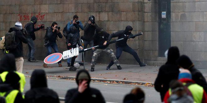 """A un año de los """"chalecos amarillos"""", la violencia no cesa en Francia"""