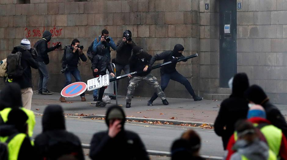 Las protestas violentas por el primer aniversario de los chalecos amarillos se repitieron en distintas ciudades de Francia