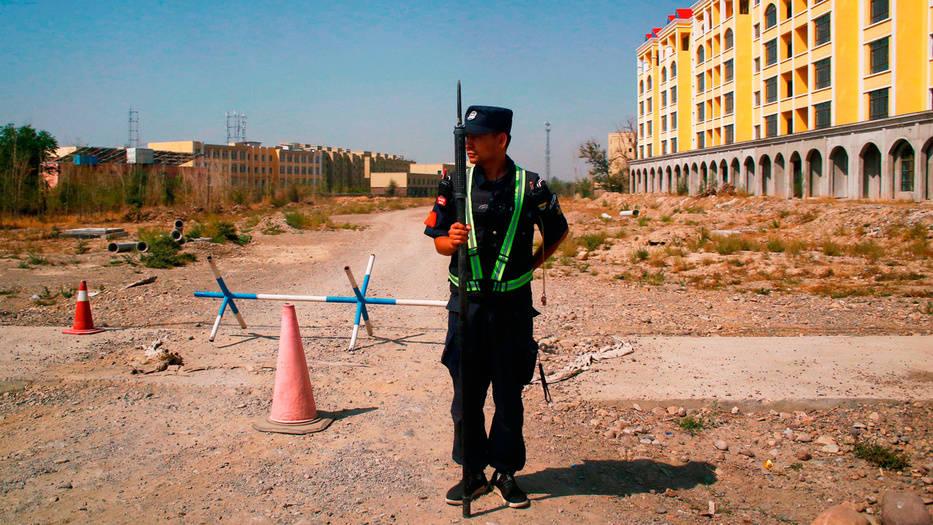 Oficial de policía chino en lo que oficialmente se llama un centro de educación vocacional en Yining, en la Región Autónoma Uigur de Xinjiang