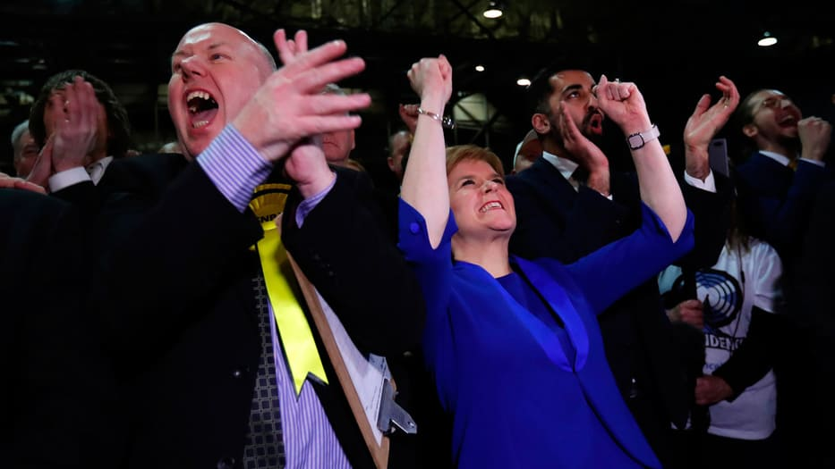 El SNP celebró su victoria. Nicola Sturgeon (derecha) se comprometió a llamar a un referéndum consultivo