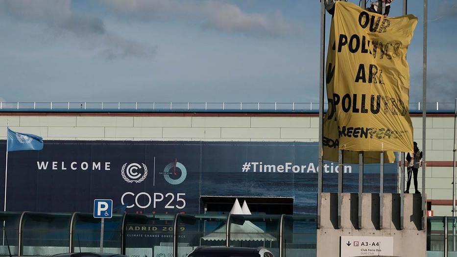 """Greenpeace despliega su protesta en la recta final de la COP25: """"El clima no es un negocio"""""""