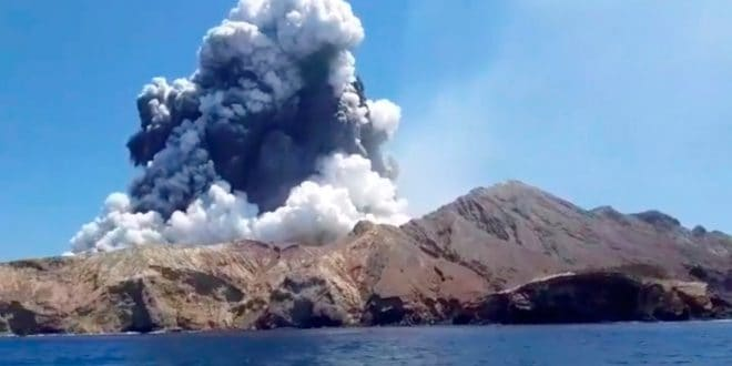 Autoridades de Nueva Zelanda descartan que haya sobrevivientes tras erupción de volcán Whakaari