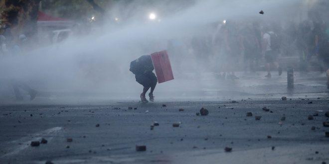 La policía logró dispersar a los manifestantes que se dirigían al Palacio de Gobierno, en su mayoría jóvenes, con lacrimógenas y chorros de agua.