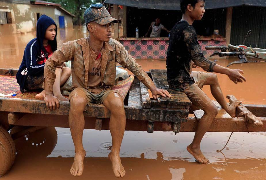 Muchachos viajan en un vehículo durante la inundación tras el derrumbe de la represa hidroeléctrica Xepian-Xe Nam Noy en la provincia de Attapeu, Laos. Foto tomada el 26 de julio de 2018 por Soe Zeya Tun.