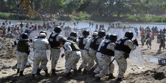 Migrantes hondureños se enfrentan a Guardia Nacional de México para poder cruzar la frontera