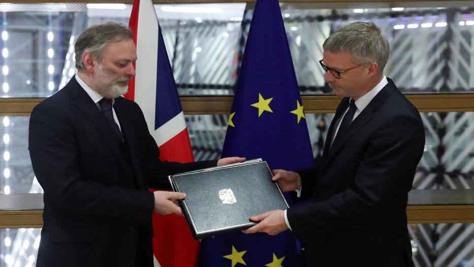Tim Barrow entrega la carpeta con los documentos
