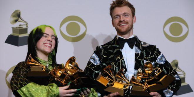 Billie Eilish arrasa y hace historia en los Grammy