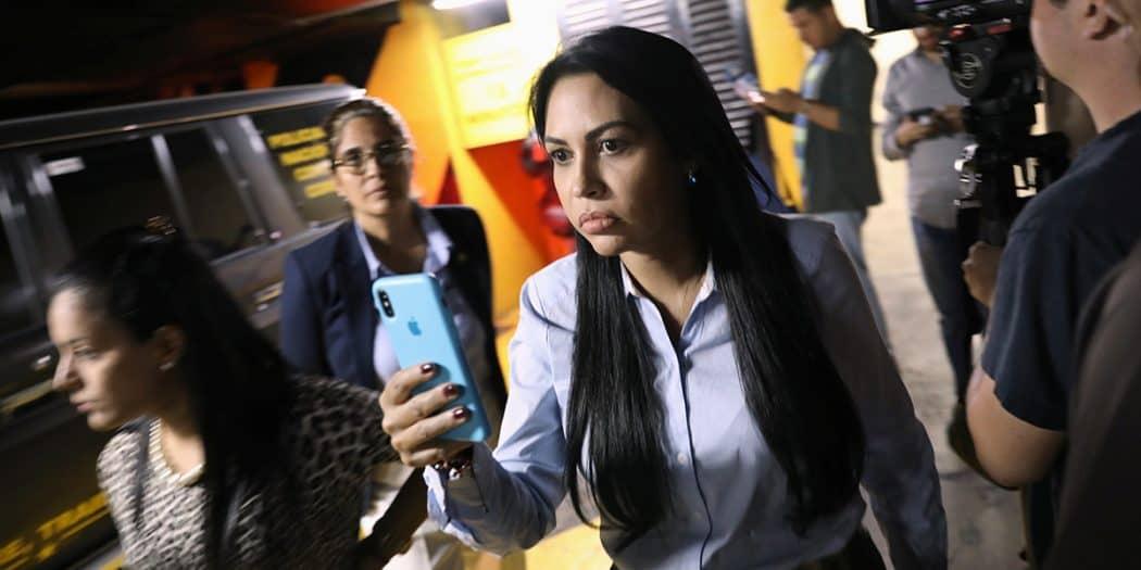 La diputada Delsa Solórzano en las afueras de las oficinas de Juan Guaidó grabando a los funcionarios del Sebin que intentaban allanar el despacho del líder opositor