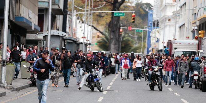 Grupos oficialistas agredieron con armas a los diputados