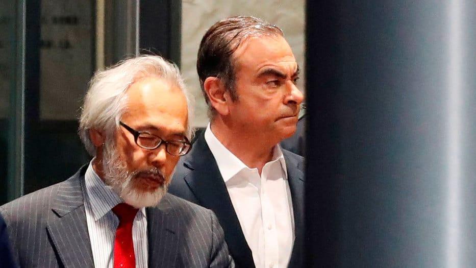 Ghosn (derecha) y su abogado en Tokio, Japón