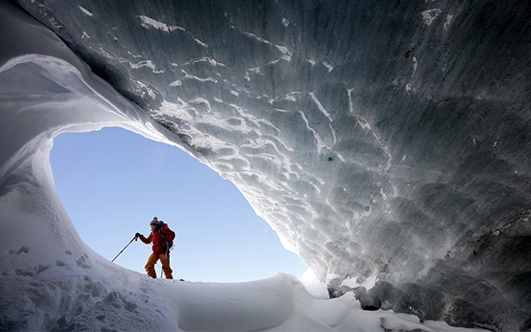 La glacióloga Andrea Fischer camina por el glaciar Jamtalferner, cerca de Galtur, Austria/Reuters