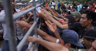 Migrantes centroamericanos, principalmente de Honduras, reciben apoyo en uno de los puestos fronterizos de Guatemala con México