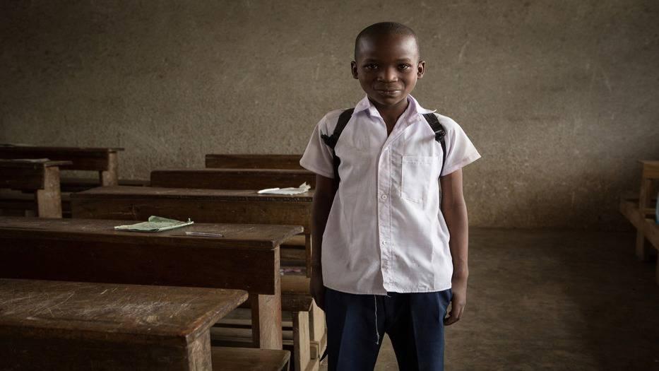 Los niños y jóvenes más pobres de los países de bajos ingresos tienen ½ menos probabilidades de terminar la escuela primaria que los más ricos