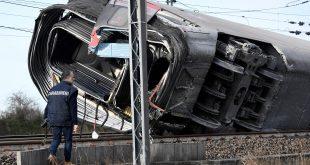 El tren quedó tendido de costado mientras los bomberos y la Policía realizan búsquedas y rescates