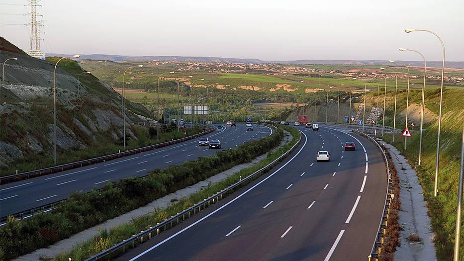 Autopista M45 de Madrid. Gestionada por Globalvia, en la que se ha incorporado tecnología inteligente para mejorar la seguridad y preparar el camino al coche autónomo.