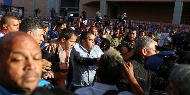 Guaidó salió del aeropuerto en medio de agresiones de grupos chavistas