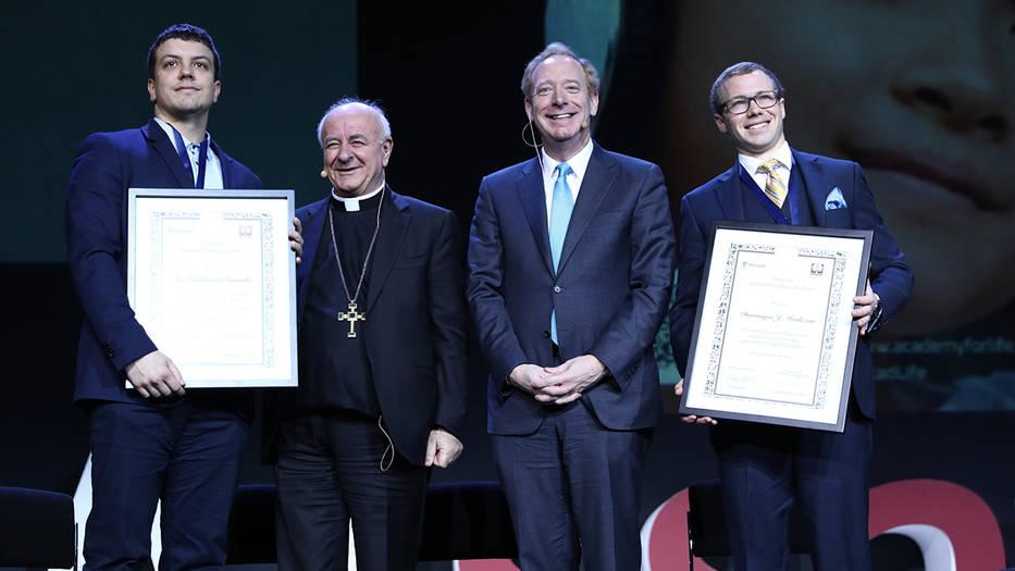 Monseñor Vincenzo Paglia junto a los representantes de IBM y Microsoft presentaron la carta ética