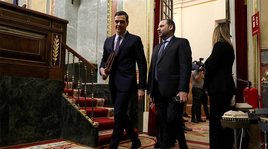 El ministro José Luis Ábalos (derecha) junto al presidente Pedro Sánchez durante el debate para la investidura el 4 de enero