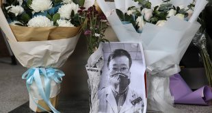 La población china tildó al doctor Li de héroe
