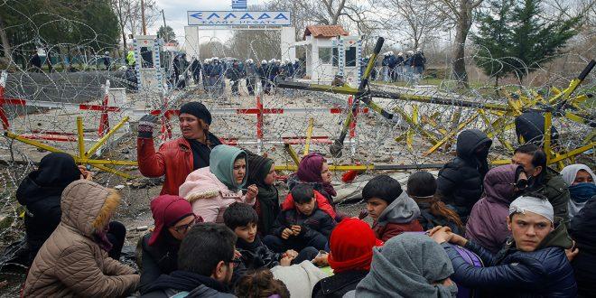 Policía griega intenta frenar oleada de refugiados sirios