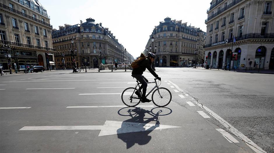 Un ciclista en las cercanías del Palacio de la Ópera, en parís, el 27 de marzo
