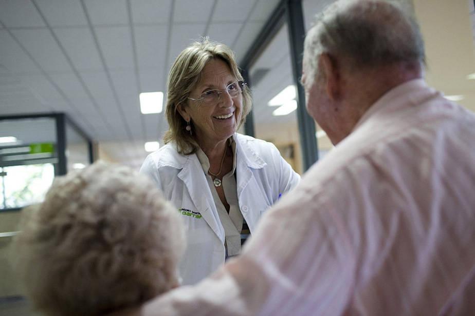 """Una psicóloga clínica trata a enfermos terminales en uno de los programas de atención de la Fundación """"La Caixa""""."""