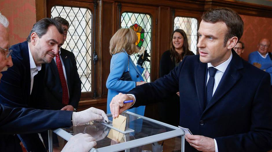 El presidente Emmanuel Macron ejerció su derecho al voto en las elecciones en Francia, en un día en máximo alerta por el coronavirus