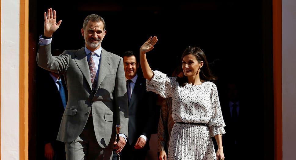 El Rey Felipe VI y la Reina Letizia durante una visita a Almonte, en el sureste de España