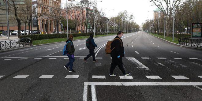 Vista general muestra una calle casi desierta del Paseo de la Castellana durante el brote de coronavirus (COVID-19) en Madrid.24 de marzo de 2020